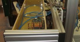 <b> Zavařovačka - indukční hlava</b>:  Pohled do indukční hlavy s generátorem HF1-VA5. Rozměry induktoru závisí na velikosti víček a požadovaném výkonu výrobní linky.