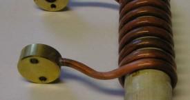 <b> Výměnný induktor</b>:  Válcový induktor je vybaven koncovkami pro snadné a rychlé odpojení a případnou výměnu. Spojka řeší jak elektrický kontakt tak i připojení chladící vody.