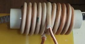 <b> Ohřev Fe plechu</b>:  Tento induktor slouží k ohřevu procházejícího pásku. Keramická trubka slouží jako izolant a navíc mechanicky chrání induktor před poškozením.