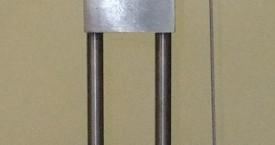 <b> Pěch</b>:  Pěchovací zařízení pro přípravu vzorků.