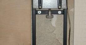 <b> Rám tažičky</b>:  Je konstruován pro montáž na zeď. Dole je indukční pícka. Vlastní tažný stojek je na výškově nastavitelném držáku.