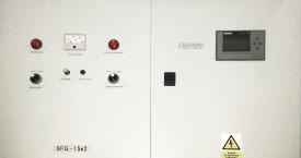 <b> SFG-15 - přední panel </b>:  Pohled zepředu na skříň generátoru. V levo indikace stavu a poruch, v pravé části ovládání.