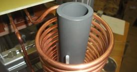 <b>Indukční pícka</b>: Indukční pícka pro ohřev grafitového kelímku. Pohled na pícku bez tepelné izolace.